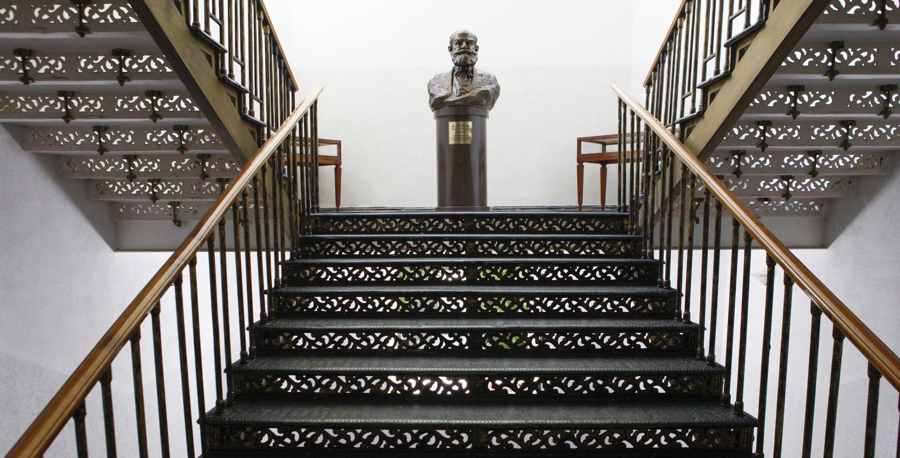 Красивая чугунная лестница