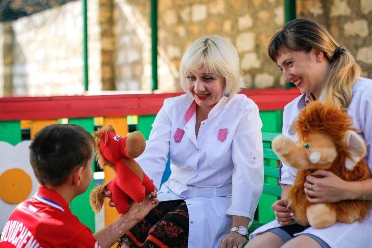 Детские психиатры играют с ребенком