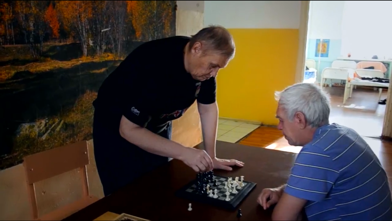 Пациенты психбольницы играют в шахматы