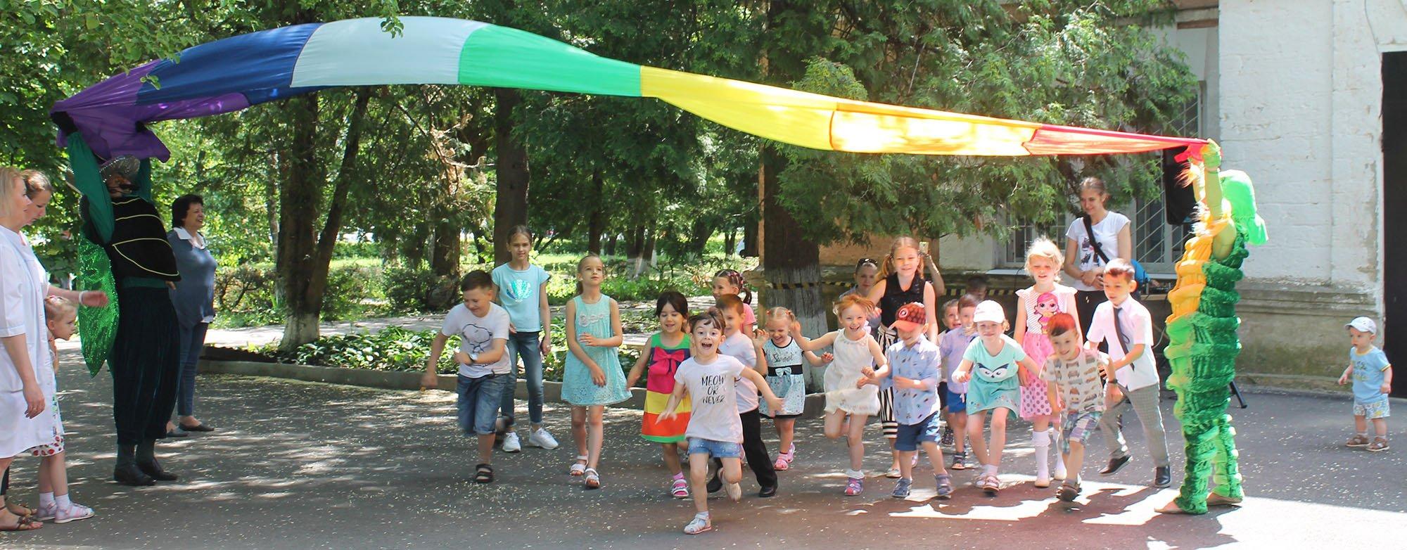 Праздник для детей сотрудников провели артисты театра «Добрый жук»