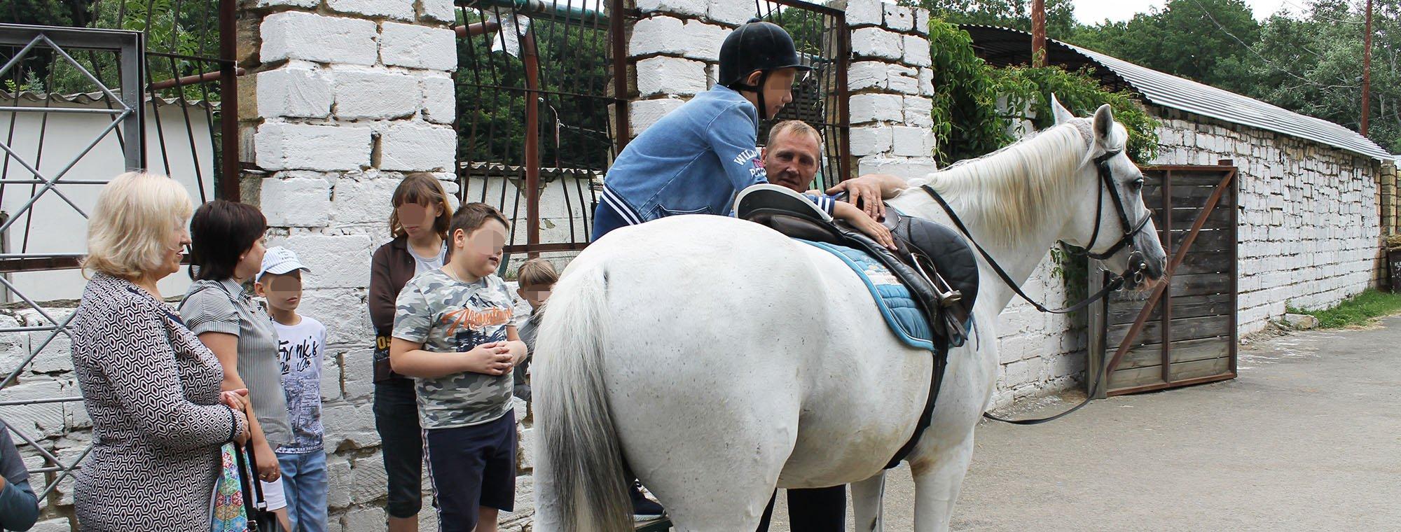 Иппотерапия: маленькие пациенты детского диспансерного отделения посетили конно-спортивный клуб