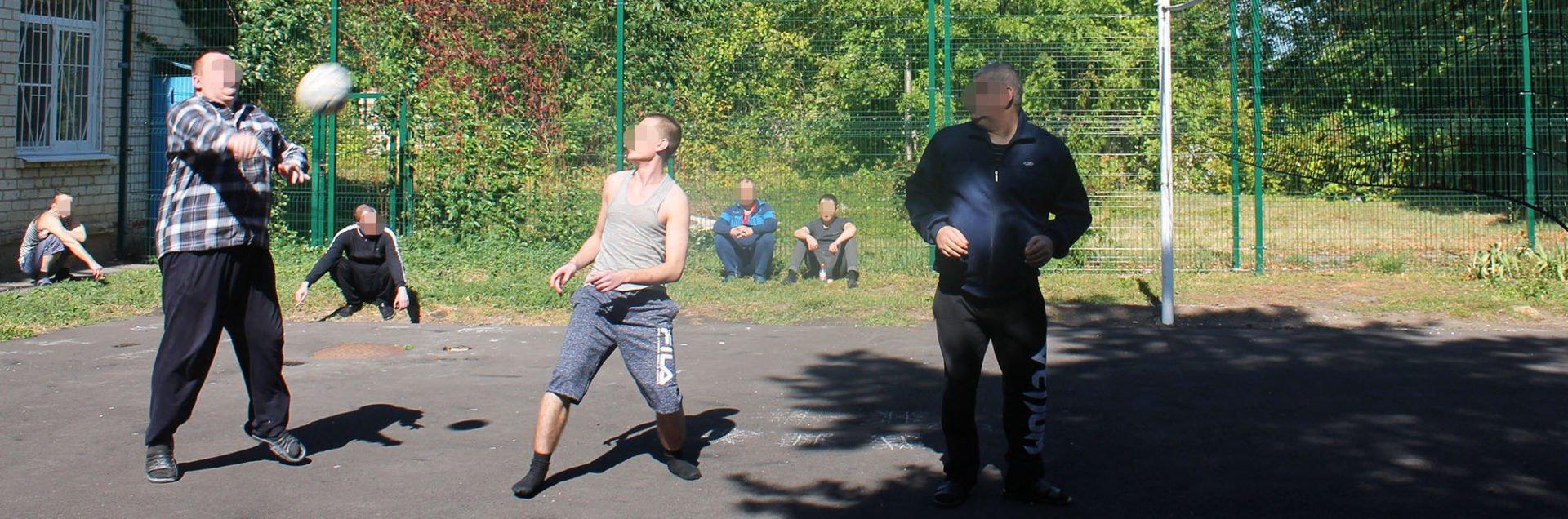 Пациенты 3 отделения провели товарищеский волейбольный матч