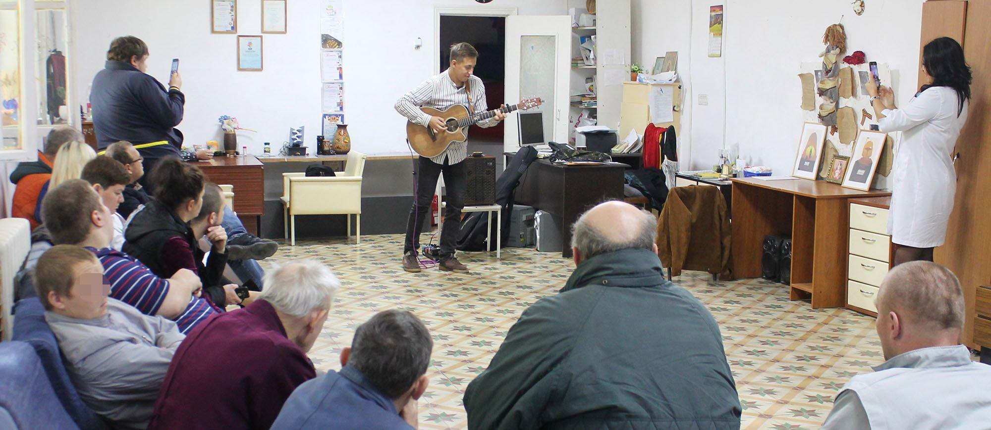 В отделениях Ставропольской психбольницы прошел концерт гитариста Юрия Полежаева