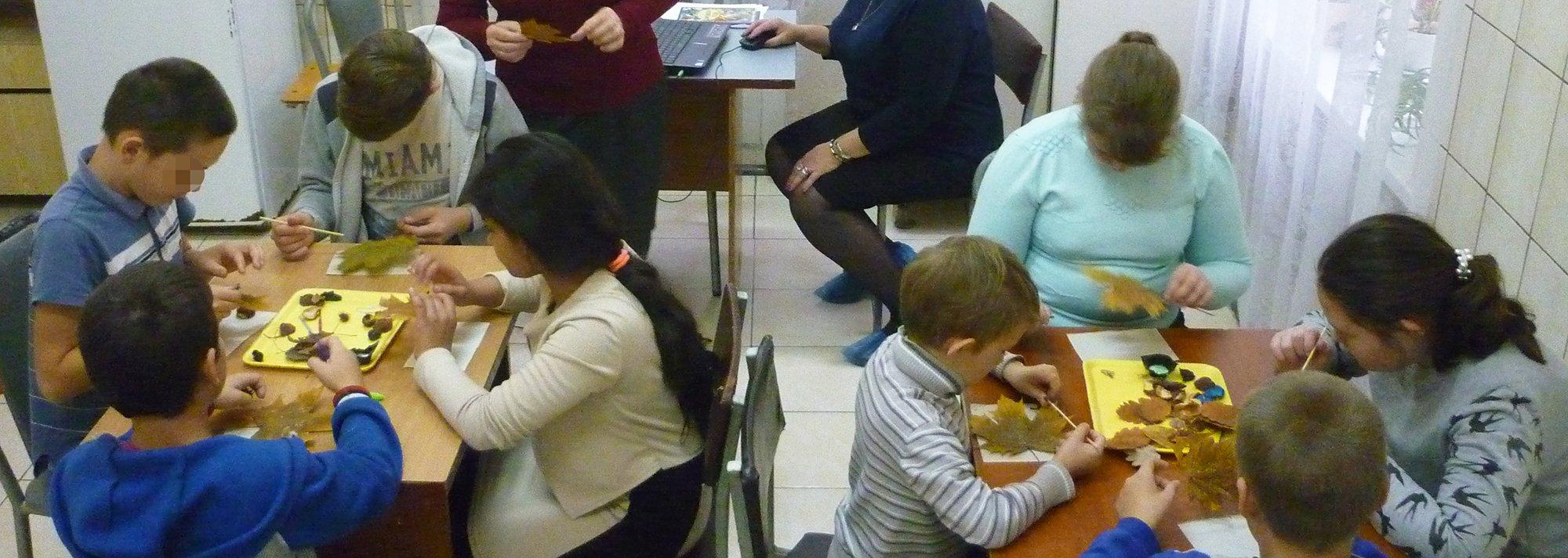 Сотрудники библиотеки им. Кашпурова рассказали детям-пациентам Ставропольской психбольницы об осени