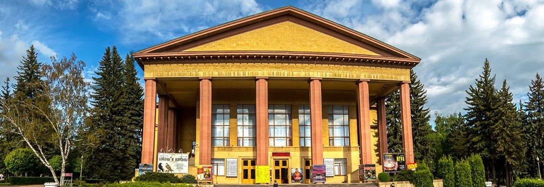 Пациенты реабилитационного центра открыли театральный сезон походом в драмтеатр