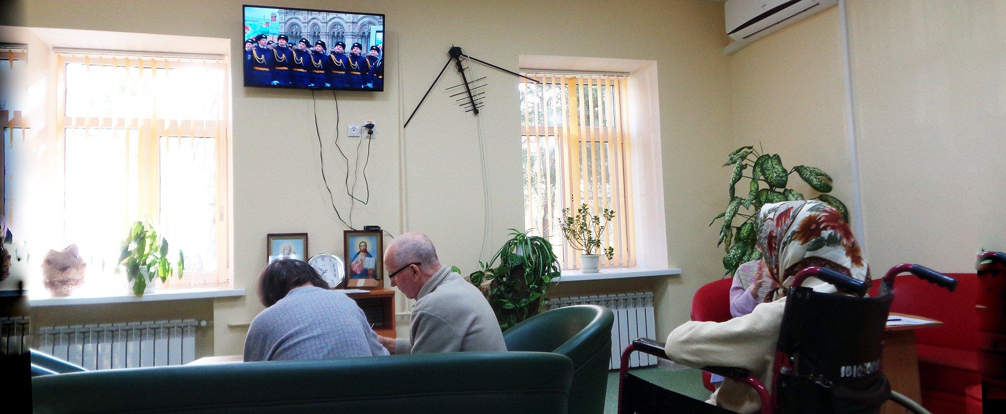Для пожилых пациентов больницы провели занятие, посвященное годовщине Октябрьской революции