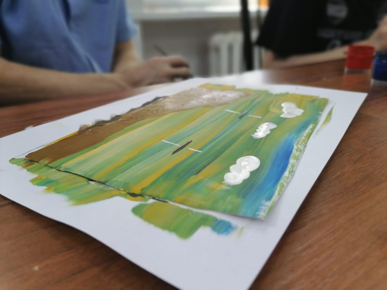 акварельный рисунок лежит на столе